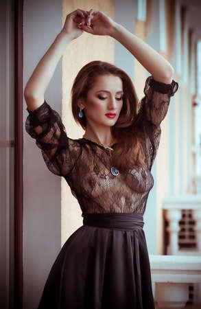 femme se deshabille: La belle femme sexuelle dans des v�tements sexuels