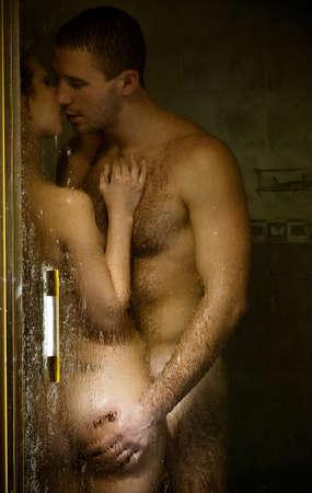 Loving couple engagé dans l'amour dans une cabine de bain Banque d'images - 18767275