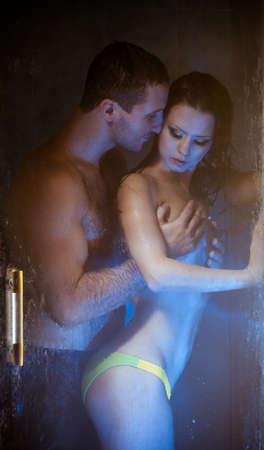 Loving couple engagé dans l'amour dans une cabine de bain