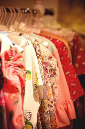 Choix de vêtements de mode de couleurs différentes