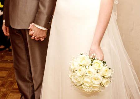 recien casados: Joven pareja de novios que apenas están casados ??con el ramo