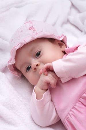 Mooi babymeisje in roze kleding