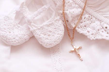Zapatos de bebé y vestido blanco con la cruz de oro para bautizo Foto de archivo - 28761637