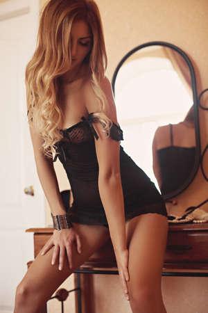 ropa interior femenina: Muchacha hermosa atractiva en ropa interior Foto de archivo