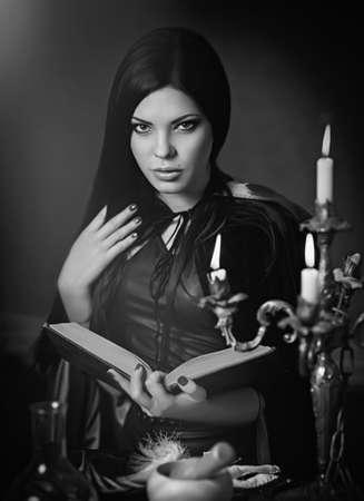 bruja sexy: Concepto de Halloween: j�venes y bruja sexy Foto de archivo