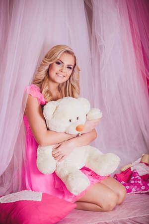 moda ropa: Retrato de la hermosa mujer joven en ropa de moda rosa