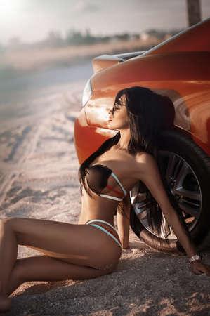 salud sexual: Chica sexy bikini posando en la playa