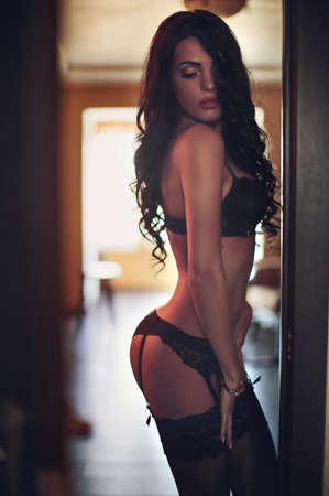 Sexy belle jeune fille brune en sous-vêtements Banque d'images - 39636899