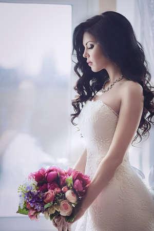 흰 드레스에 세련된 메이크업으로 아름다운 신부