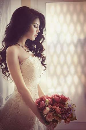 白いドレスのスタイリッシュなメイクと美しい花嫁