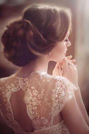 Novia hermosa con maquillaje elegante vestido de blanco