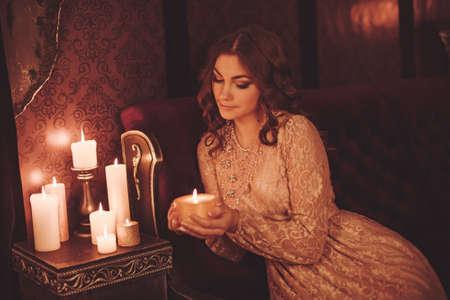 촛불을 가진 아름 다운 젊은 여자의 초상화 스톡 콘텐츠