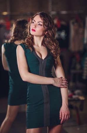 moda ropa: Retrato de la mujer hermosa joven con maquillaje en la ropa de moda Foto de archivo