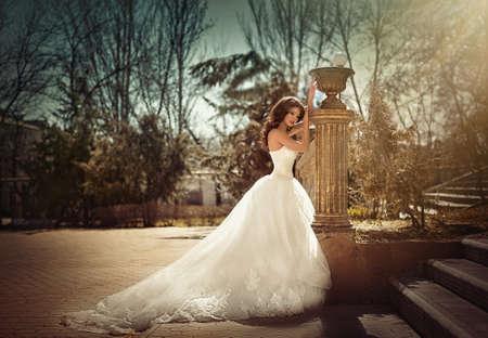 Belle mariée avec le maquillage élégant en robe blanche