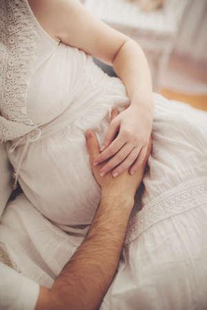embarazada: Hermosa mujer embarazada y su marido es en su dormitorio
