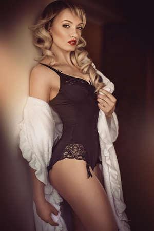 femmes nues sexy: Sexy belle jeune fille blonde en sous-vêtements