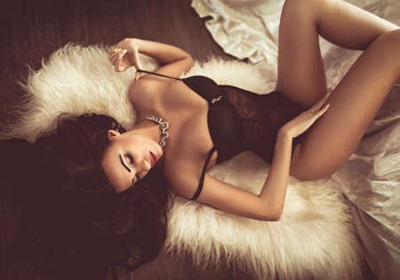 Sexy belle jeune fille brune en sous-vêtements Banque d'images - 46632100