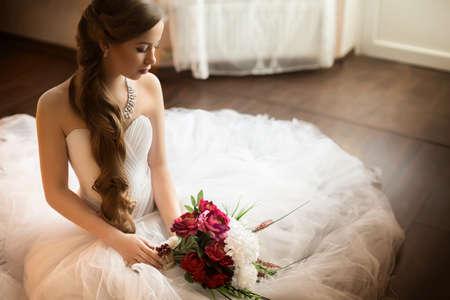 matrimonio feliz: Novia hermosa con maquillaje elegante vestido de blanco