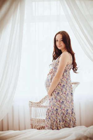 美妊婦。妊娠中の腹。美しい妊婦を期待して赤ちゃん。出産の概念。ベビー シャワー