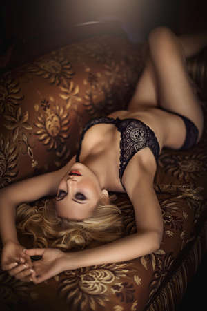 naked woman: Сексуальная красивая блондинка в нижнем белье