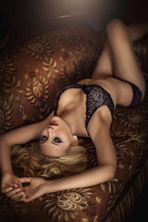 donna completamente nuda: Sexy bella ragazza bionda in biancheria intima Archivio Fotografico