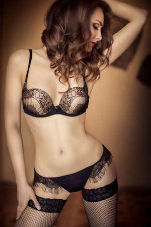 femme noire nue: Sexy belle jeune fille brune en sous-vêtements