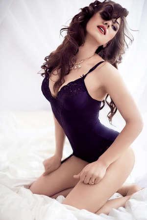 mujeres felices: Sexy chica morena hermosa en ropa interior Foto de archivo