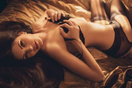labios sensuales: Sexy chica morena hermosa en ropa interior Foto de archivo