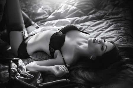Sexy belle jeune fille brune en sous-vêtements Banque d'images - 47504791