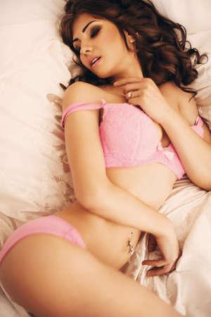 poses de modelos: Sexy chica morena hermosa en ropa interior Foto de archivo