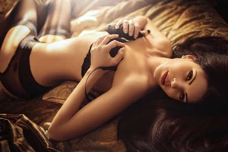 Сексуальная красивая брюнетка девушка в нижнем белье Фото со стока