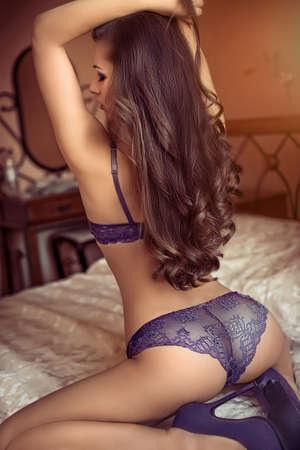 Sexy belle jeune fille brune en sous-vêtements Banque d'images - 47350183