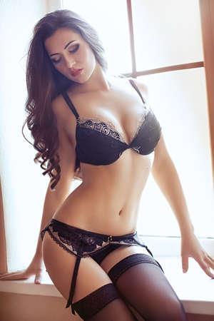 fille sexy: Sexy belle jeune fille brune en sous-vêtements
