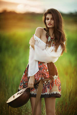 Mooie jonge vrouw in de lentetuin