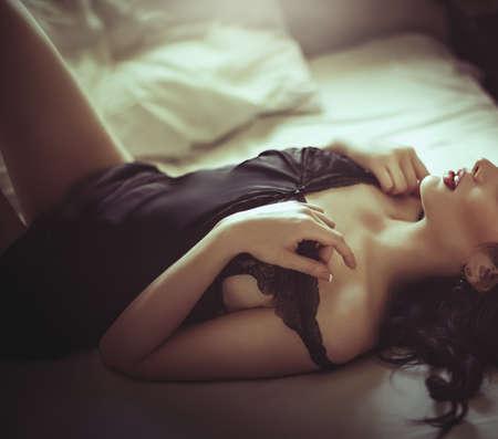 femme brune sexy: Sexy belle jeune fille en sous-vêtements