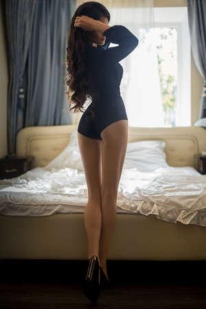 Sexy chica morena hermosa en ropa interior