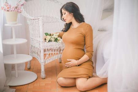 rosa negra: Belleza Mujer Embarazada. Vientre embarazada. Hermosa Mujer Embarazada Esperando beb�. Concepto de la maternidad. Baby Shower Foto de archivo