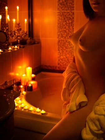 Mujer atractiva hermosa joven en el baño Foto de archivo - 82662744