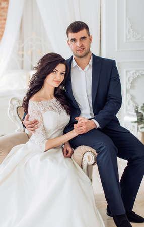 Glückliche Braut und Bräutigam auf ihrer Hochzeit Standard-Bild - 81275315