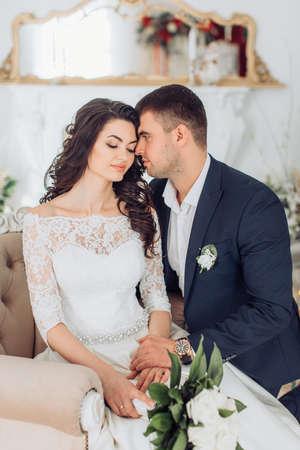 Glückliche Braut und Bräutigam auf ihrer Hochzeit Standard-Bild - 81275303