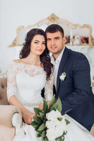 Glückliche Braut und Bräutigam auf ihrer Hochzeit Standard-Bild - 81275312