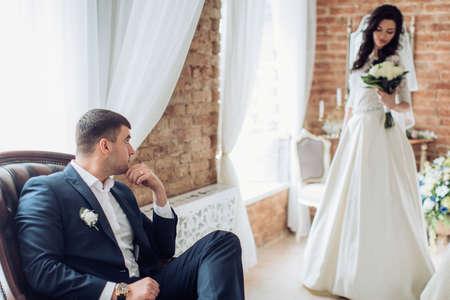 Glückliche Braut und Bräutigam auf ihrer Hochzeit Standard-Bild - 81275293