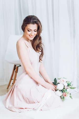 Portrait de belle jeune femme brune avec maquillage en mode rose