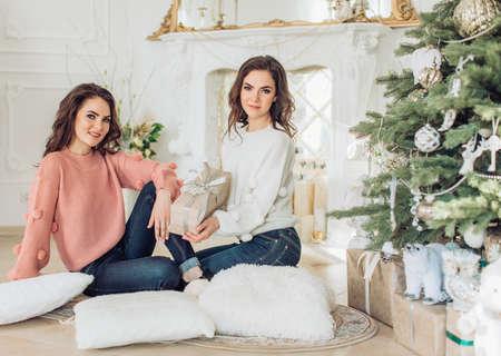 Bonne jeune fille dans les décorations de Noël