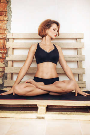 Porträt einer jungen Frau macht Yoga-Übung