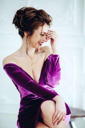 Portret van mooie jonge vrouw met make-up in de mode kleding Stockfoto