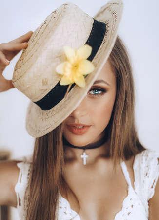 Portrait d'une belle fille avec maquillage en chapeau