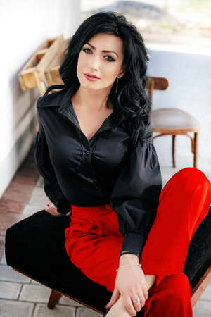 ファッションの服で化粧で美しい女性の肖像画 写真素材