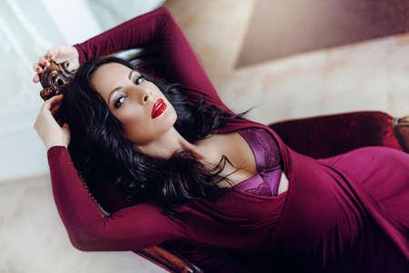 Portret van mooie vrouw met make-up in de mode kleding