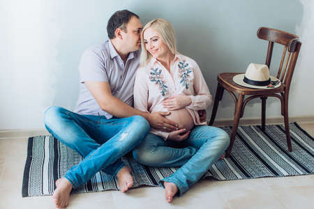 Beautiful pregnant woman with her husband Banque d'images - 108339859